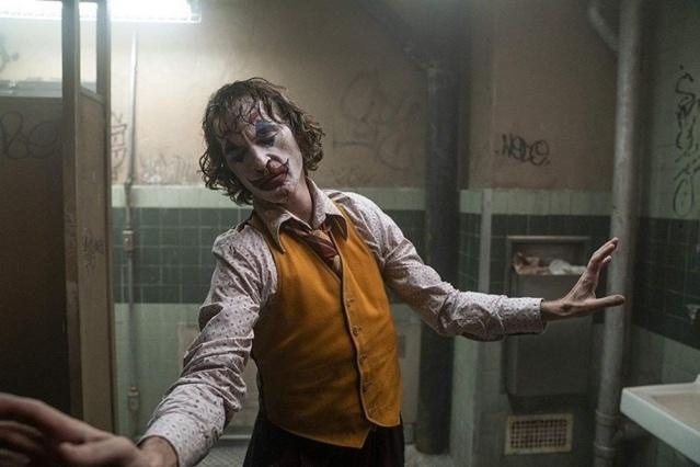 Sinemadaki Joker fırtınası, gündelik hayatı da etkiliyor. Kostümlü partilerden sokak protestolarına, her yerde Joker karşımıza çıkıyor. Joaquin Phoenix'in hayat verdiği 'Joker' karakteri, gişede rekordan koşarken, protestoların da yeni yüzü oldu. Lübnan'dan Hong Kong'a devam eden kitlesel eylemlerde protestocuların tercihi 'Joker' maskesi oldu. Eylemciler, 'V for Vendetta', 'Darth Vader', 'Dali' maskeleriyle de gösterilere katılıyor.  BEYAZ PERDEDEN MEYDANLARA İNDİ Joaquin Phoenix'in canlandırdığı, başarısız bir komedyen olan Arthur Fleck'in zamanla kimliğinden uzaklaşarak kendisini suç dünyasında bulduğu 'Joker' karakteri, protestoların da gözdesi oldu.
