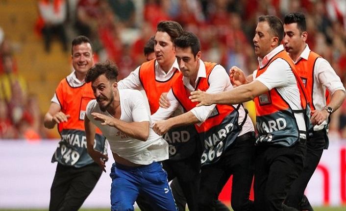 Süper Kupa'da sahaya taraftar girdi