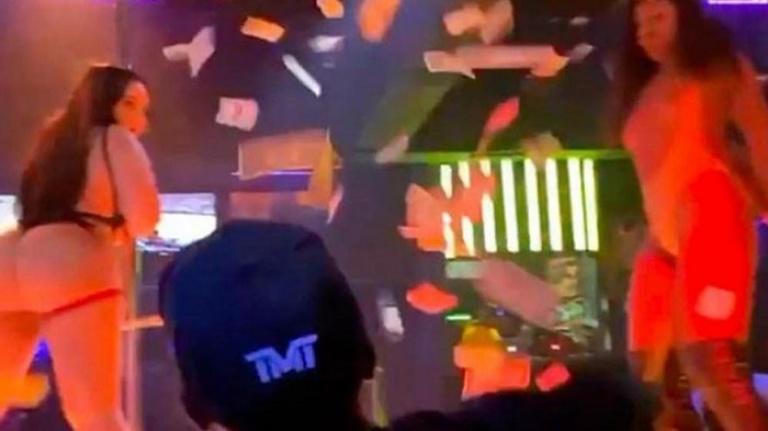 Floyd Mayweather ringlere eğlenerek hazırlanıyor! Tomar tomar para saçtı...