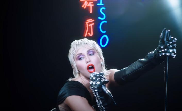 "Miley Cyrus ""Midnight Sky"" ile geri döndü!"